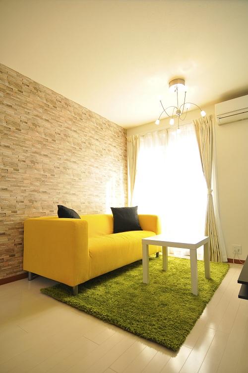 黄色のソファがとても鮮やか♪全体的に、とっても爽やかな印象です。