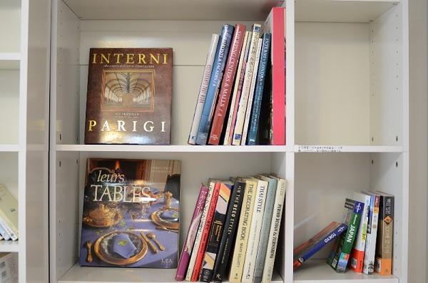 洋書のあるライブラリー。他にも入居者が用意した漫画や雑誌などが置かれています。