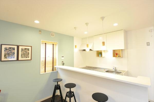 キッチンはカウンタータイプ。カウンターの下は収納スペースがあり機能的。