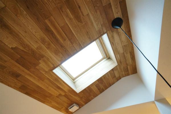 天窓もあるので、天井から光が差し込みます。
