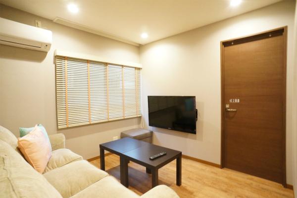 テレビは壁掛けのタイプです。