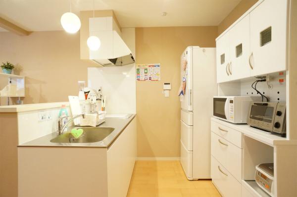 カウンタータイプのキッチンは、使い勝手が◎。色もシンプルで清潔感があります。