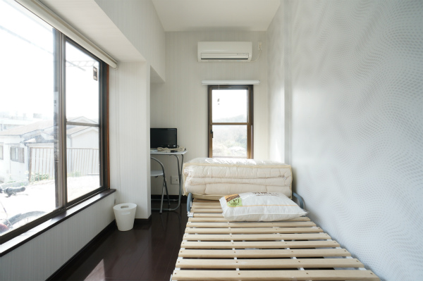 ベッドや机など必要な家具はすべて揃っています。