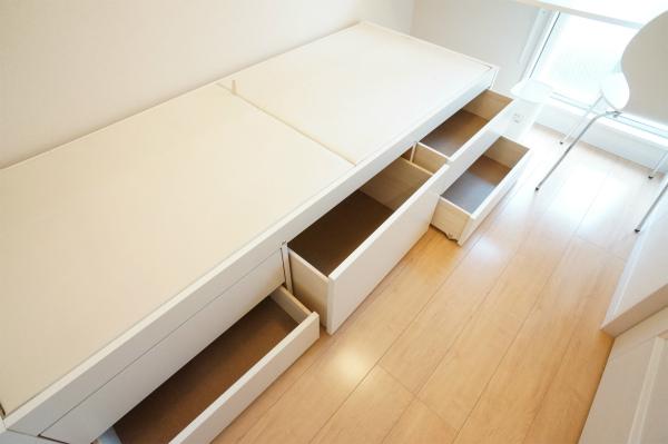 ベッド下の収納スペースが、こんなにも!有効活用したいね。
