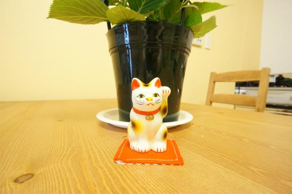 お花の前には、招き猫も♪今戸神社の幸運を運んでくれる猫です。