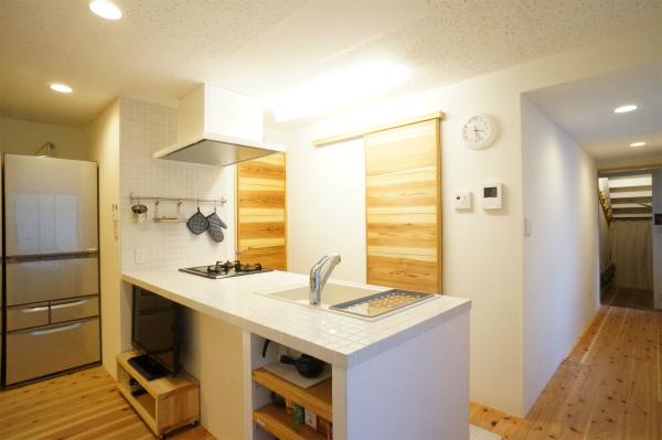 カウンタータイプのキッチンです。白のタイルがとってもキュートです。