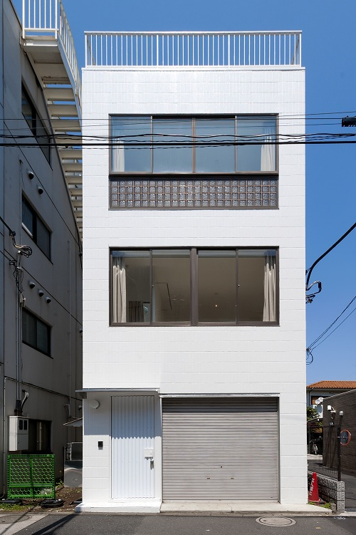 長方形のまっしろな建物です。