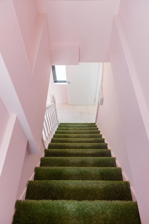 こちらはグリーンが印象的な階段です。