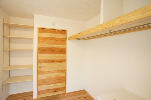 収納もしっかりあって実用的。そして、ドアのしましまがかわいい。