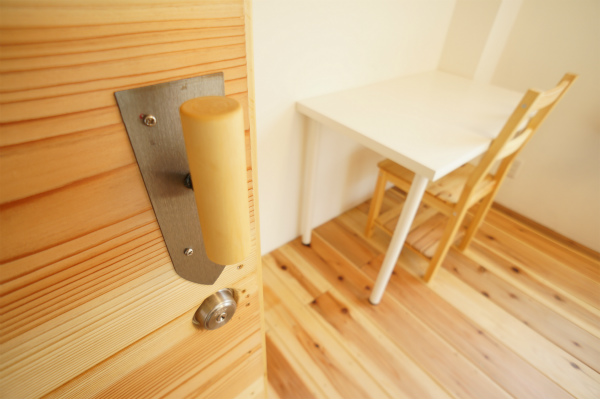 ドアの取っ手は、セルフビルドの時に使用した道具を有効活用しています。