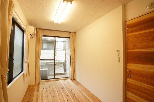 こちらは2Fのお部屋。2面採光は嬉しいですね。2名入居OKのお部屋も2部屋あるので、姉妹やカップルでもOKです。