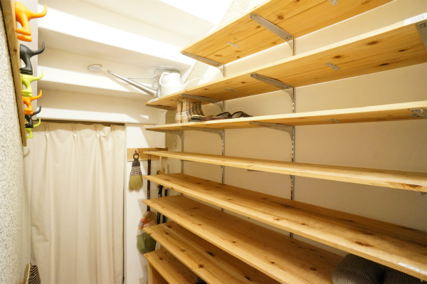 こちらはシューズ収納スペース。かなり置けそう。