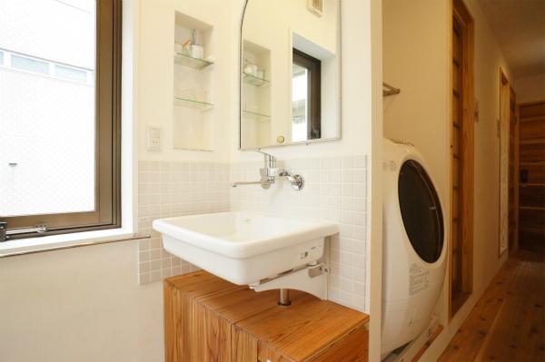 こちらは洗面所。カガミやボウルが大きくて、とても実用的。