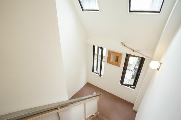 2Fと3Fの間の階段は、天窓もあって、とても解放的です。