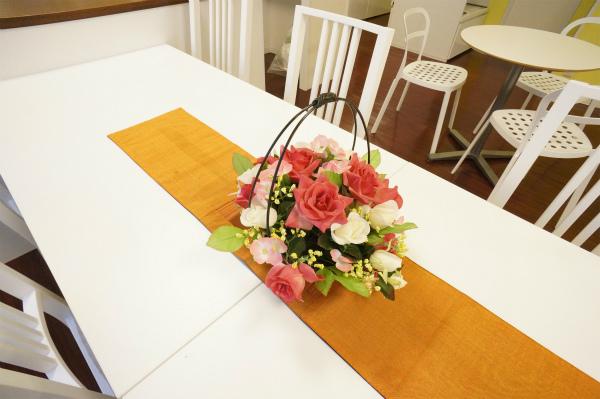 ダイニングテーブルにはお花が飾られています。装飾があると、気分があがりますね。