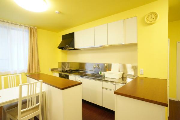 キッチンは、コの字型になっていて、モノがたくさん置けて使いやすい。