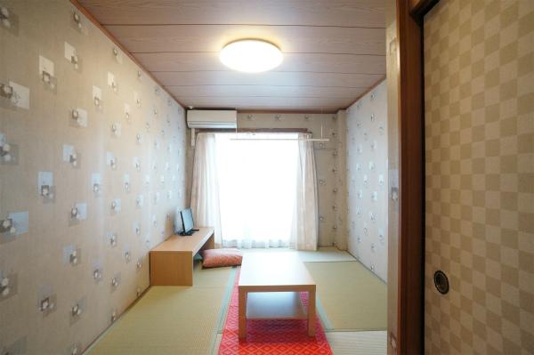こちらはもう一部屋の和室。壁紙が違いますね。