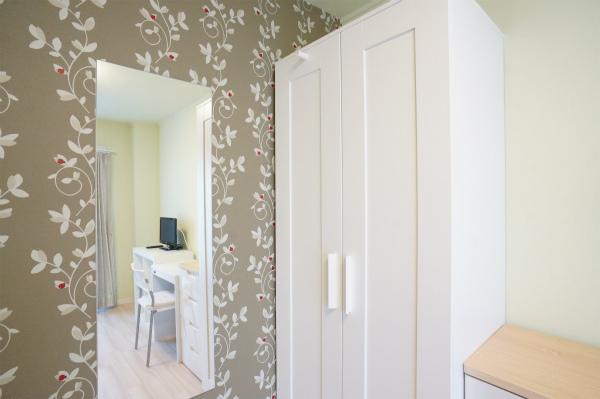 収納と鏡も各お部屋に完備されています。