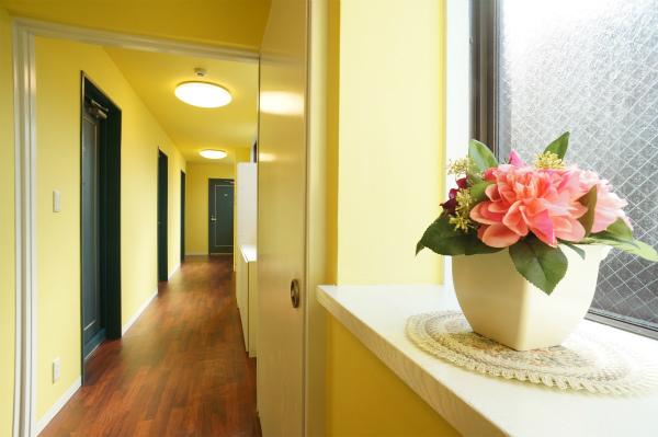 廊下もハッピーカラーのイエローに。ドアもプライバシーを守ってくるしっかりしたものに。