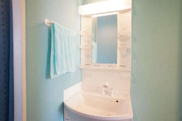 洗面所は、各フロアに。そして、フロア毎にカラーが異なっています。3Fは、アイスブルー。