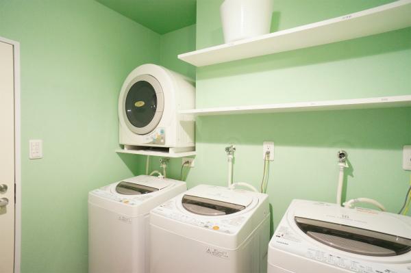 1Fに、洗濯機・乾燥機があります。こちらも男女別々になっているので、安心です。