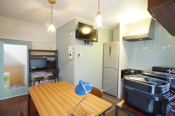 壁紙が水色で、家具も木製で統一されており、とてもさわやかな空間です。