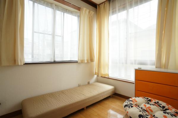 こちらは出窓なので、窓の前に小物が置けるのがうれしい。