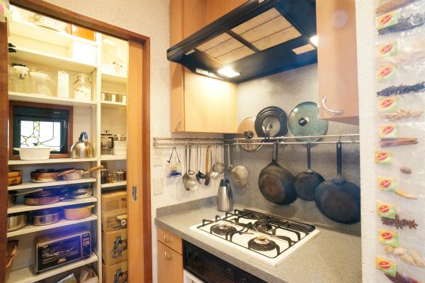 キッチンの奥にはパントリーも。