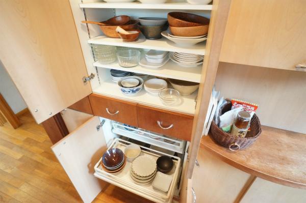 食器入れの収納スペースも充実。備え付けの食器も豊富です。