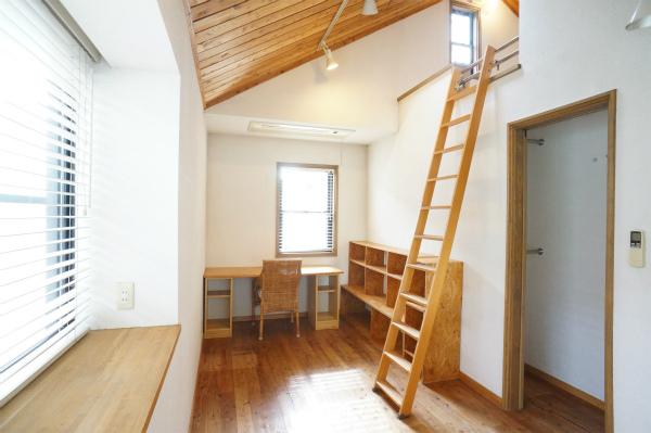 こちらはロフト付のお部屋です。収納スペースもあって、居心地がよさそう。
