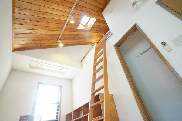 お部屋の天井がとっても高いです。リビングだけでなく、お部屋にも開放感があります。