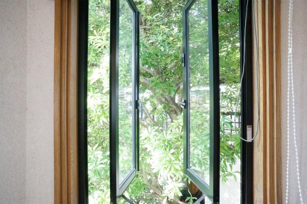 窓を開けると、そこはシンボルツリーが。緑のある暮らし、如何ですか?