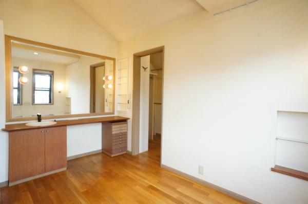 こちらは洗面所付のお部屋です。大きな大きなミラーがあるのが特徴的です。