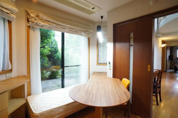 こちらは1Fのリビング脇のお部屋。緑を眺めることができます。