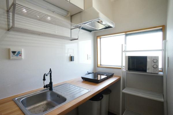 こちらはキッチンスペースです。電子レンジや炊飯器などはすべて揃っています。