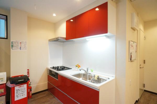 赤色がとってもビビットなキッチンです。