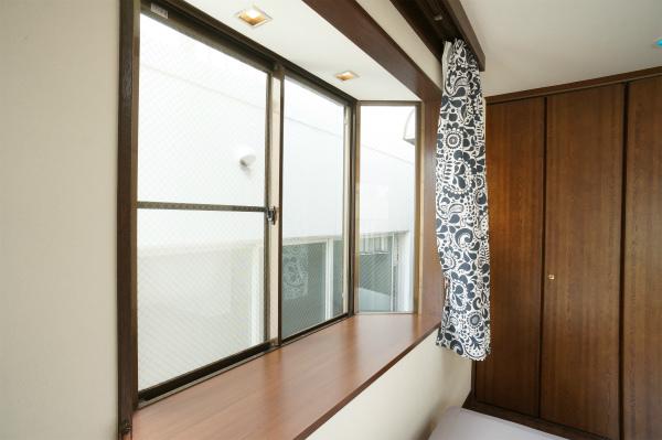 窓は出窓タイプになっているので、小物を飾ったり、洋書を置いてみたらオシャレかも。