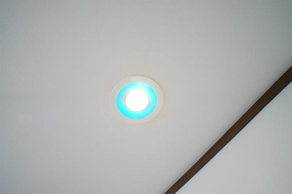 なんと、ライトがブルーに光ります。