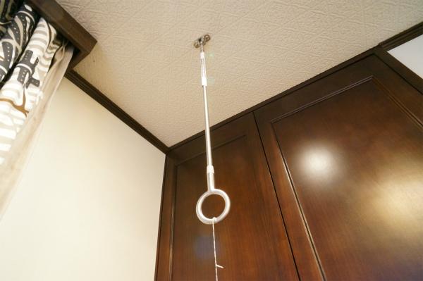 洗濯棒を上からぶら下げることができます。室内干しには強い味方。