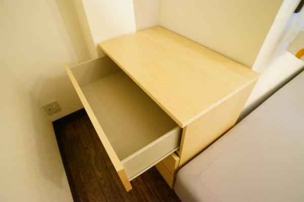 クローゼットのないお部屋にはタンスが完備されています。