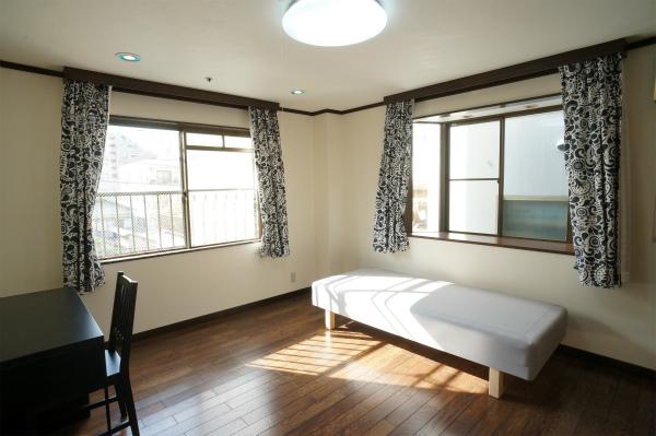 1階上に上がると、とっても広い2面採光のお部屋があります。