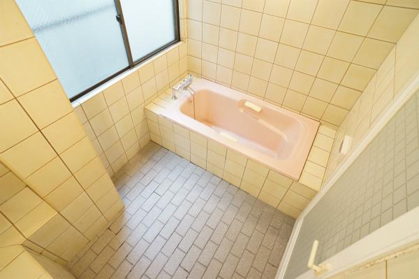ゆったりしたバスルームです。※ただし、この状態からリフォームを実施したようです。