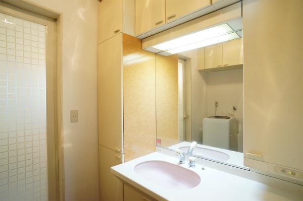 大きな鏡のある洗面所です。各フロアにあるのも嬉しい。