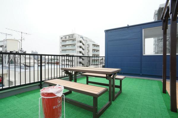 屋上には人工芝が敷き詰められてて、晴れた日はとても気持ちが良さそう。