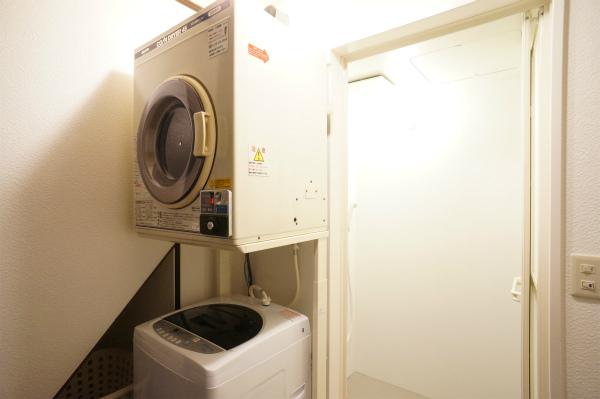 こちらはラウンドリールーム。右手がシャワーで、左手が洗濯機・乾燥機です。