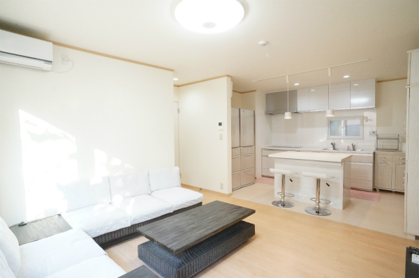 ゆったりソファのあるリビングスペースと、カウンターもあるキッチンダイニングスペースとゆるく区切られています。