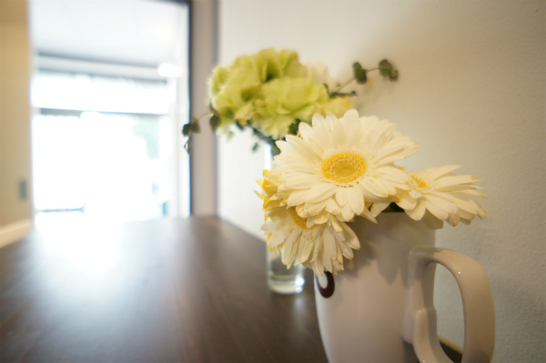 お花が明るい印象を演出。