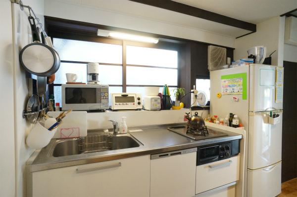 キッチンはシンプルなタイプです。窓の部分は、どこか懐かしさを感じますね。