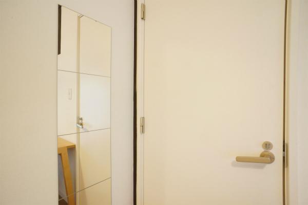 お部屋に鏡が備え付けなので、ファッションチェックもばっちり。