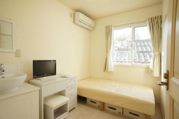 これだけオシャレで、水回りもあって、家具・家電も付いて賃料6.1万円なり。